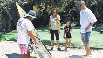 Doğuş, Çağla Kubat'an sörf dersi almaya başladı